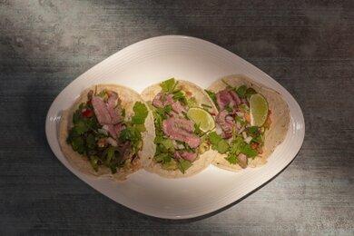 Mexické tacos s flank steakom a quacamole